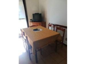 Robusto tavolo con quattro sedie