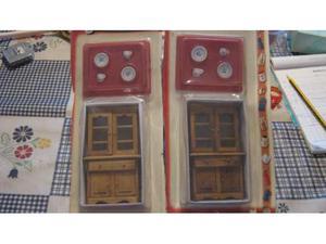 Miniature credenze in legno con 2 tazzine e 2 piattini