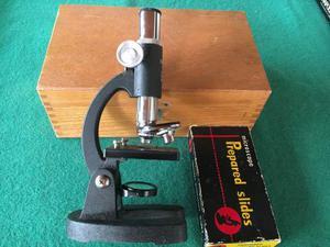 Microscopio con scatola in legno e vetrini