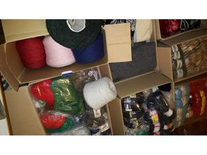Stock di lana e scampoli tessuto di vari colori e pezzature