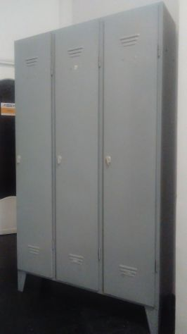 Armadietto a tre porte in metallo