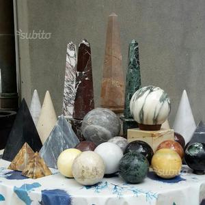 Sfere di marmo e obelischi