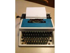 Macchina da scrivere con valigetta.