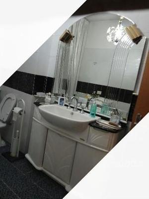 Mobile bagno con specchio e accessori