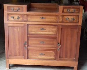Vendesi credenza vintage in legno massello primi anni del