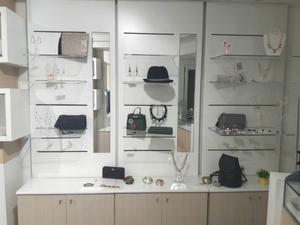 Arredamento per negozio di abbigliamento e accessori