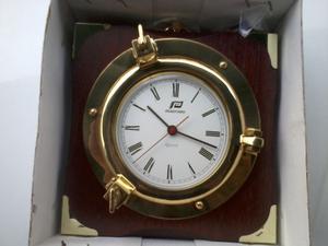 Orologio in ottone con base in legno