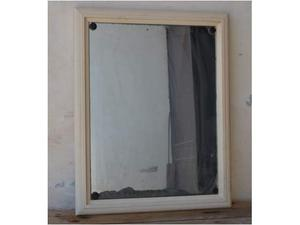 Vecchio specchio da bagno con cornice in legno massello