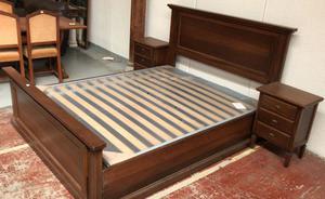 Camera da letto in legno con comò