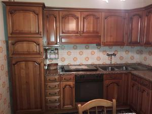 Cucina angolare in noce con top in marmo, con di