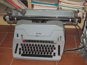 Macchina da scrivere Olivetti 84
