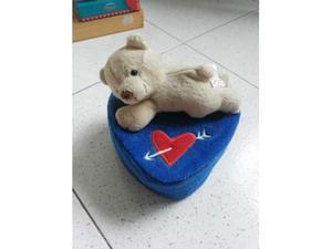 Peluche di orsetto baci perugina seduto su cuore  a36ce64120b