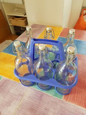 Portabottiglie viola con 6 bottiglie.