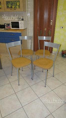 4 sedie in metallo con seduta in legno