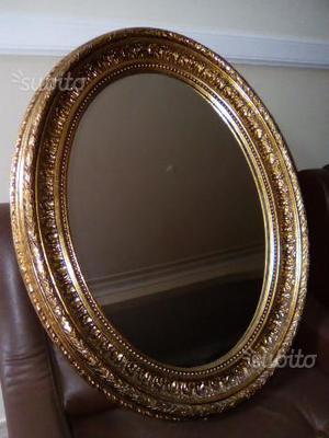Specchio ovale con cornice in legno