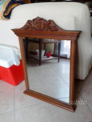 Specchio vintage con cornice in legno lavorato