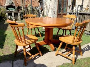 Tavolo rotondo con sedie