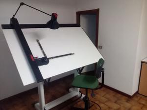 Tavolo Da Disegno Portatile : Chiuda sulla vista di uomo in abiti da lavoro con il computer