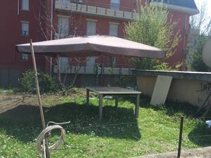 Tavolo allungabile, 4 sedie e ombrellone da esterno