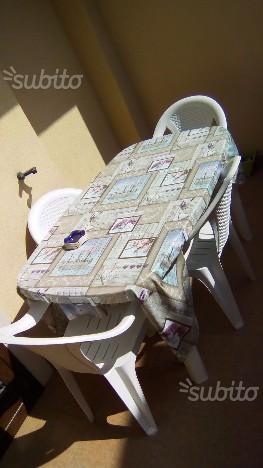 Tavolo grande più 4 sedie più tovaglia più vasi