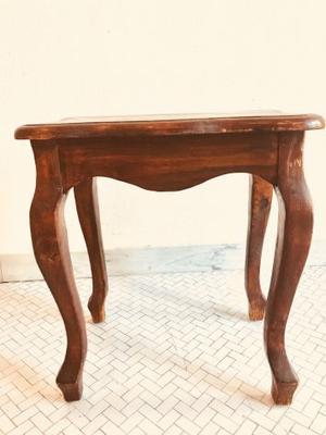 Tavolino in legno, stile moderno.