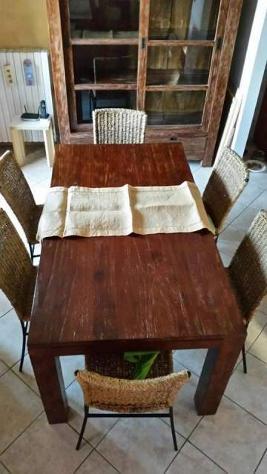 Tavolo in legno massello TEK con 6 sedie in rattan telaio