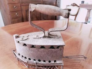 Antico ferro da stiro a carbone