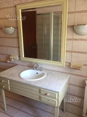 Bagno in legno e marmo