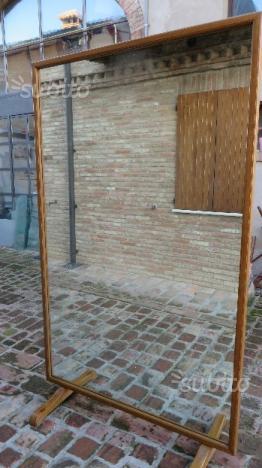 Specchio grande con supporto e cornice in legno