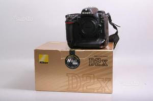 Fotocamera digitale reflex nikon d2x. solo corpo