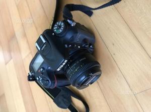 Nikon D con obiettivi e borsa