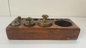 Set pesi ottone vintage con contenitore in legno