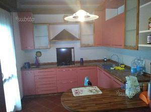 Cucina arancione con lavastoviglie 2 armadi posot class for Arredamento cucina usato