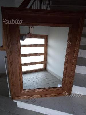 Specchio con cornice in legno di noce