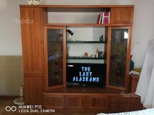Mobile da soggiorno in legno con inserti in vetro
