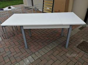 Tavolo bianco con 4 sedie