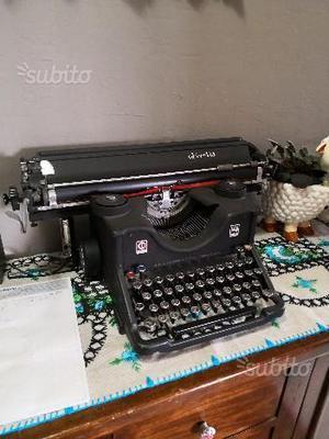Vecchia macchina da scrivere olivetti