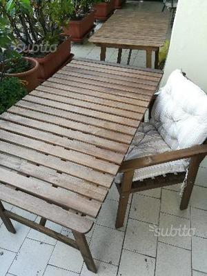 Otto sedie e due tavoli da esterno