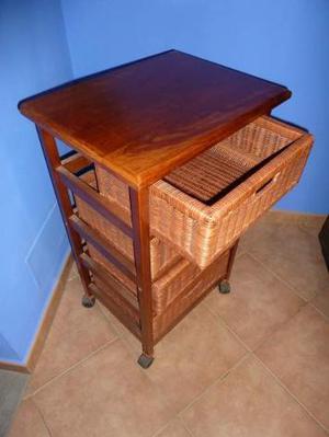 Mobile in legno con cassetti in vimini