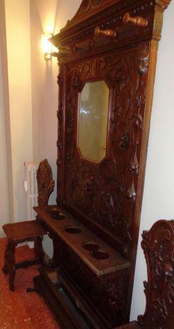 Armadio in legno e vetro con appendiabiti e 2 sedie scolpite
