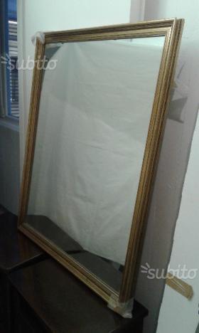 Specchiera con cornice il legno dorato