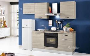 Cucina mai usata con piano a induzione forno posot class for Super conveniente catania