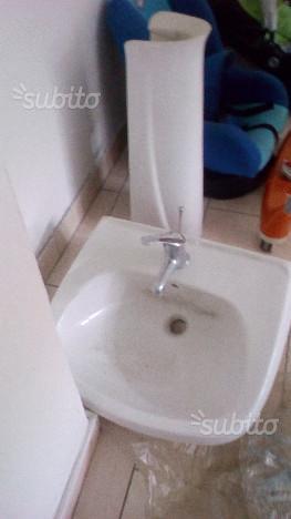 Lavandino a colonna con rubinetto e flessibili. ve