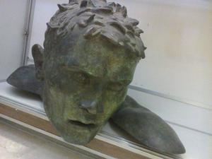statua in bronzo volto maschile