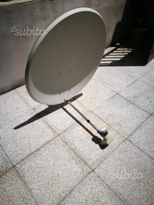 Parabola satellitare con supporto da balcone