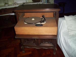 mobiletto giradischi in stile piemontese anni '40