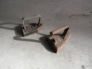 Ferro da stiro antico che si usava scaldandolo sopra la