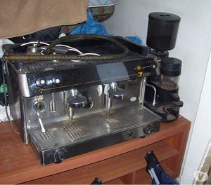 vendesi macchina da caffe tradizionale a due bracci da bar.