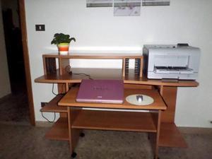 Piccola scrivania per ufficio o cameretta colore noce chiaro