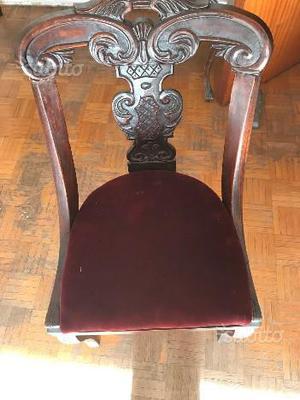 Sedia antica in legno con seduta in velluto